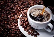 filizanka-kawy-otoczona-ziarnami-kawy